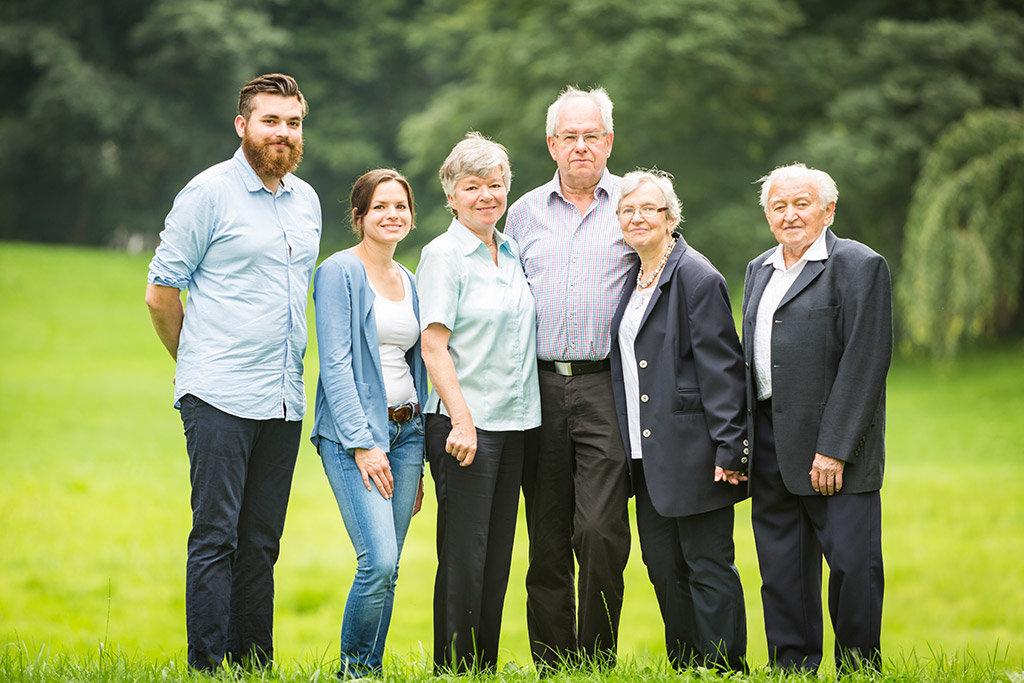 Familien Foto im Grünen