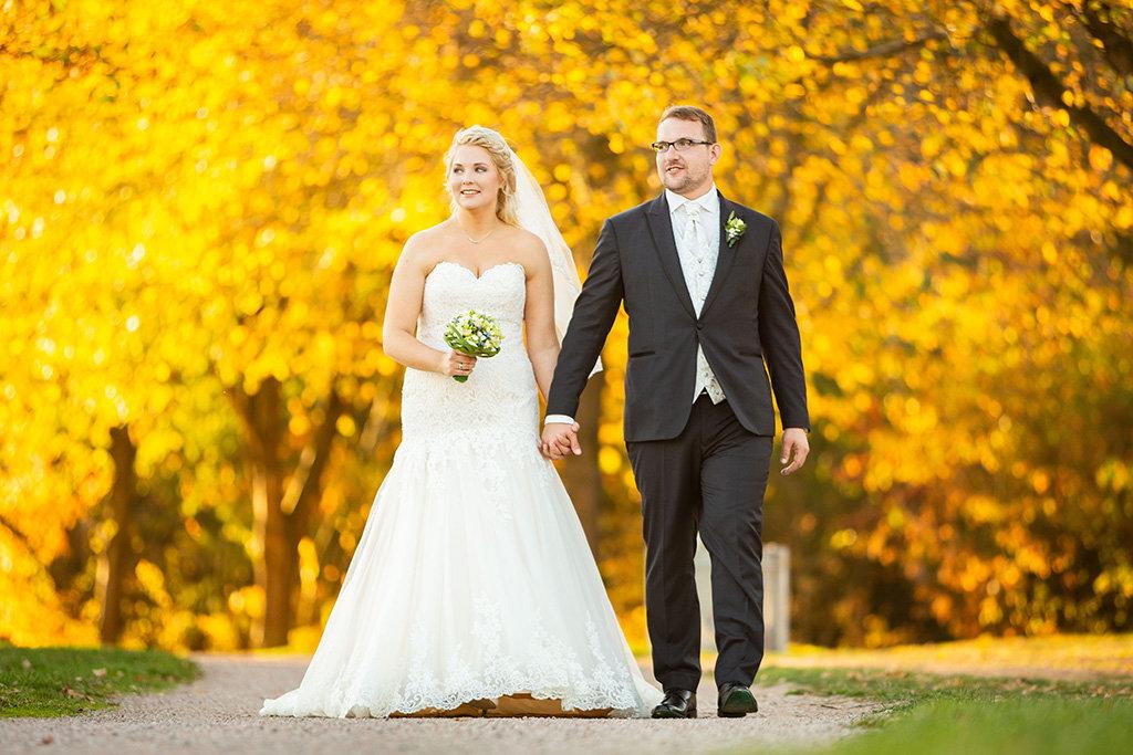 Brautpaar vor herbstlicher Kulisse