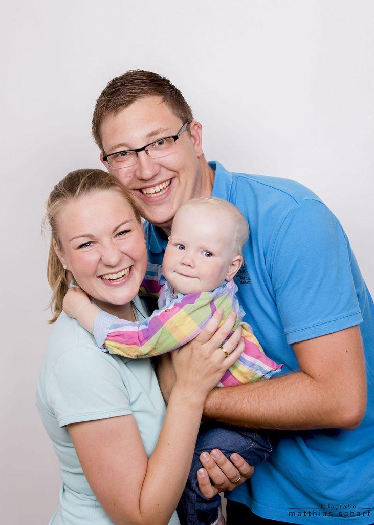 Familie mit Baby beim Fotoshooting in Hamburg