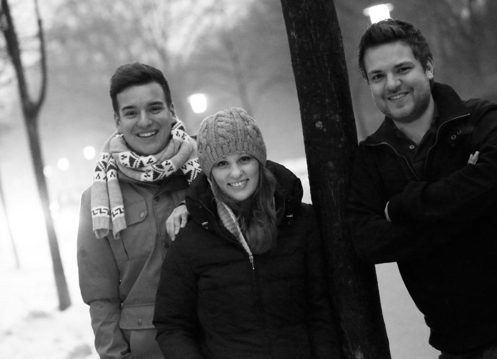 Schwarz Weiß Gruppenfoto von Freunden