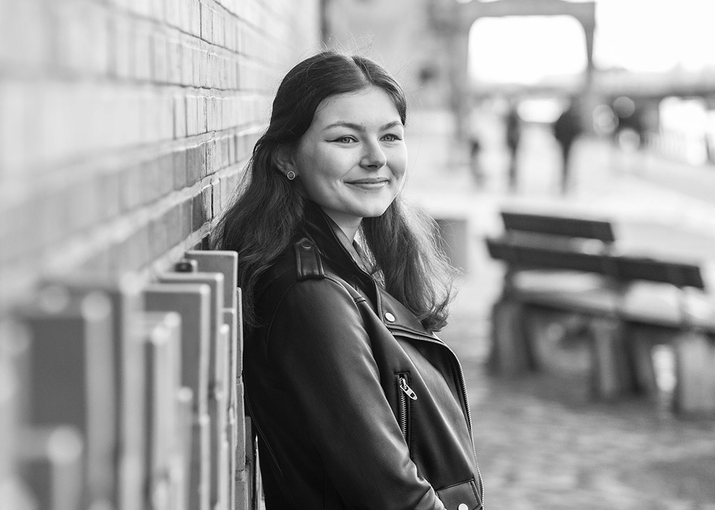 Schwarz Weiß Foto einer jungen Frau